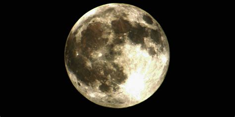 Zoom lens is so powerful you can see craters on the moon